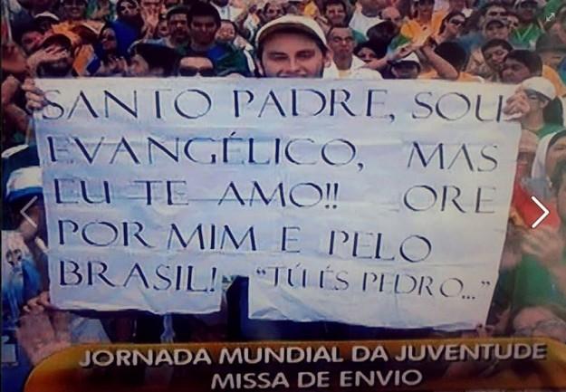 Jovem protestante exibe cartaz de acolhimento ao Papa Francisco durante a JMJ,