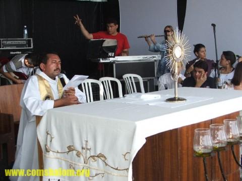 Pe. Antonio Furtado conduz momento de Adoração ao Santíssimo Sacramento