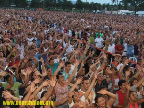 Multidão canta músicas que escutam na Shalom 690 AM, realizadora do evento