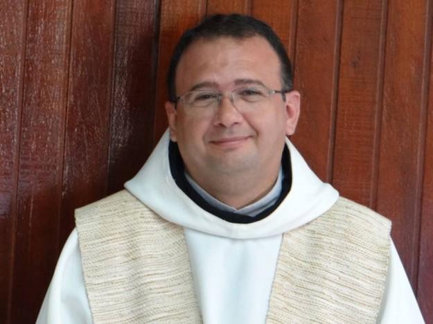 Padre Lauro atende no paróquia do Cristo Redentor.