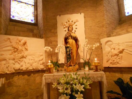 Altar dedicado à Virgem Maria na Basílica maior de Assis
