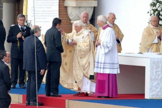 Moysés Azevedo comungando com o Papa Bento XVI