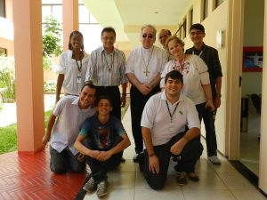 Cardeal Rylko (ao centro de camisa branca) com jovens da Comunidade Católica Shalom.