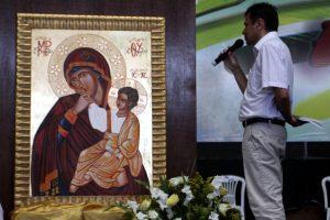 moyses azevedo rezando diante de  ícone da Virgem maria