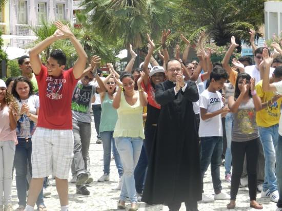 Pe. Raphael Maciel abençoa participantes do Flashmob