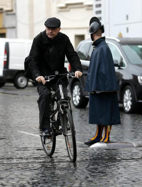 Cardeal Philippe Barbarin sai depois de uma reunião, no Vaticano, quarta-feira 6 março, 2013.