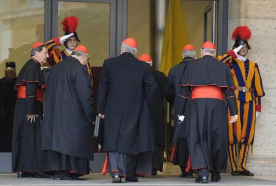 Cardeais chegam  ao salão do  Sínodo no Vaticano para Congregações.