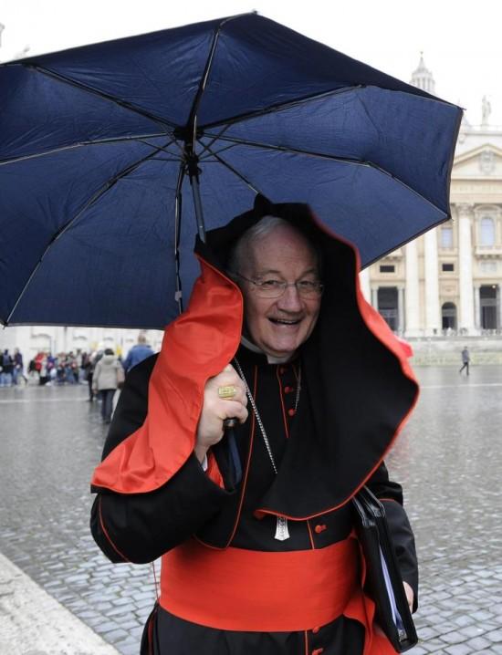 Cardeal canadense Marc Oullet, atravessa a  Praça de São Pedro, no final da quarta sessão da Congregação.