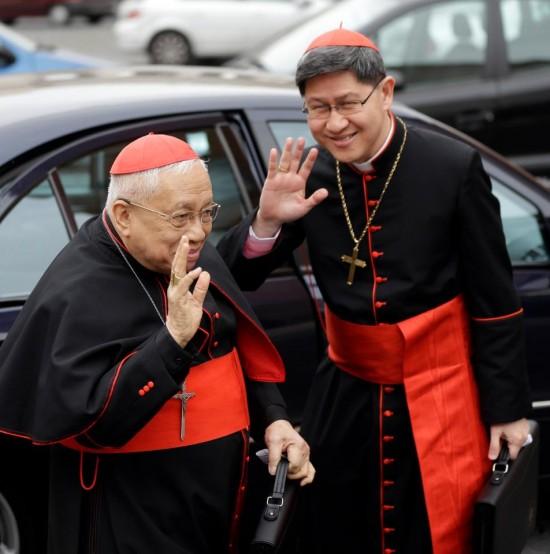 Cardeal Luis Antonio Tagle, à esquerda, e o Cardeal Ricardo Vidal, das Filipinas.