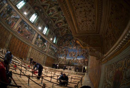 Trabalhos de acondicionamento da Capela Sistina para o Conclave (foto L'Osservatore Romano)