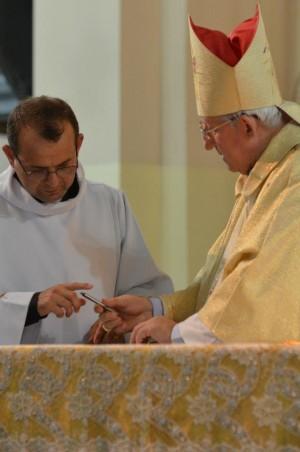 Pe. Jairo assina documento de posse como pároco