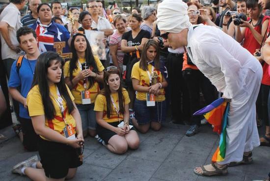 Ativistas LGBT vociferando contra jovens católicos na JMJ Madrid 2011