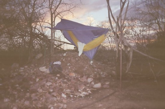 Quando está distante da cidade Fábio improvisa acampamento.