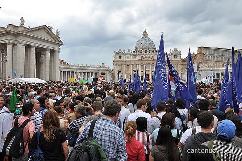 Multidão de 120 mil pessoas comparecem à Praça de São Pedro.