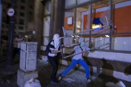 Agência bancária é destruída  durante manifestação.