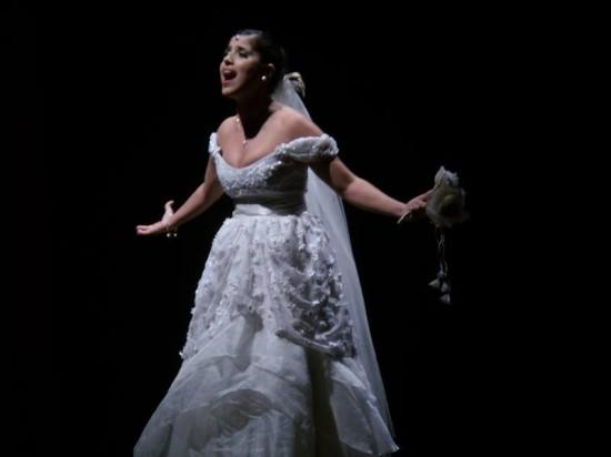 Camila Camargo atuando como noiva em espetáculo que veio a Fortaleza.