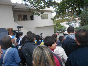 Jornalistas se apertam para fazerem imagens do Papa