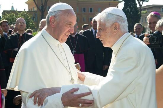Papa Francisco se encontra com  o Papa emérito Bento XVI.