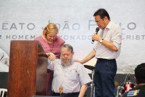 Emmir Nogueira e Moysés Azevedo, fundadores do Shalom, rezando por Frei Patrício.