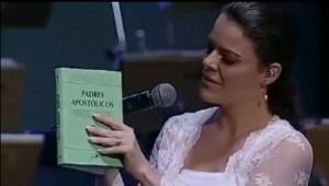 Ana Paula Valadão apresenta livro católico à membresia de sua Igreja