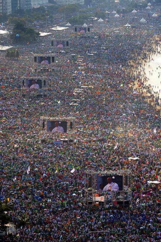 Imagem panorâmica de Copacabana durante a vigília com o Papa Francisco na JMJ