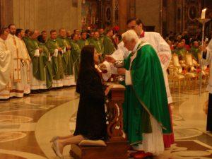 Gabriella Dias recebendo comunhão do Papa emérito Bento XVI.
