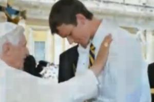 Jovem Peter recebendo oração do então Papa Bento XVI