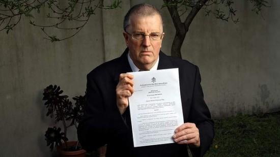 Padre Greg Reynolds com  a carta de excomunhão.