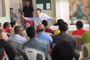 Dom Vasconcelos fala aos moradores da Casa São Francisco.