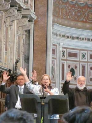 Pregador do Papa (à esq.) rezando com fundadores da Comunidade Católica Shalom, em Roma.