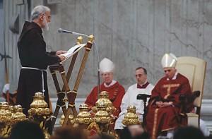 Frei Raniero pregando para o Papa Bento XVI.
