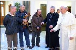 Papa comemora aniversário com moradores de rua.