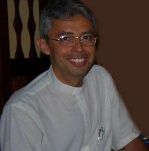 Pe. Emílio Cesar orienta fieis na perspectiva da fé.