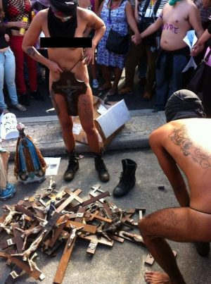 Manifestantes intolerantes quebraram imagens religiosas.