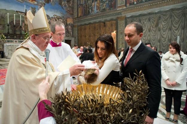 Papa Francisco batiza 32 crianças. Foto: Reprodução facebook do Mons. Guido Marini