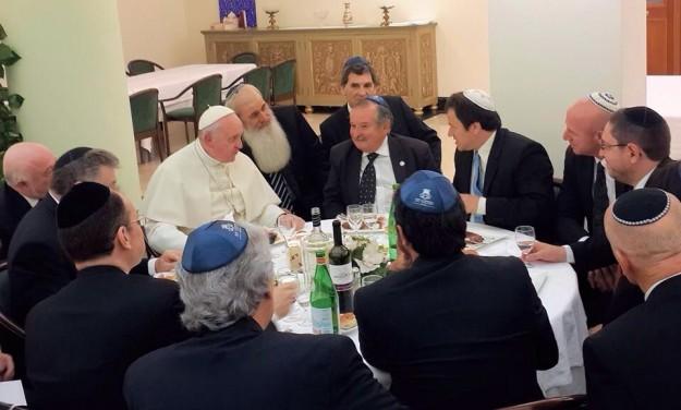 Papa Francisco confraterniza-se com Papa líderes judaicos.