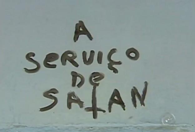 Igreja do Rosário é pichada com frase satânica.