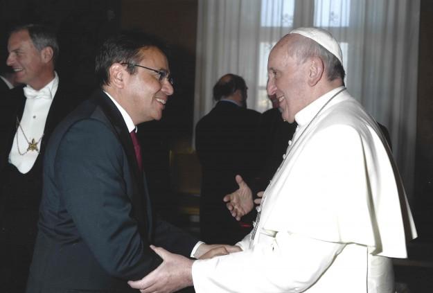 Moysés saúda Papa Francisco em evento ano passado.