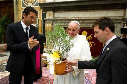 Papa Francisco e os jogadores Messi e Buffon