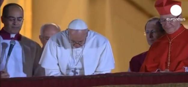 Papa Francisco se inclina para receber oração.