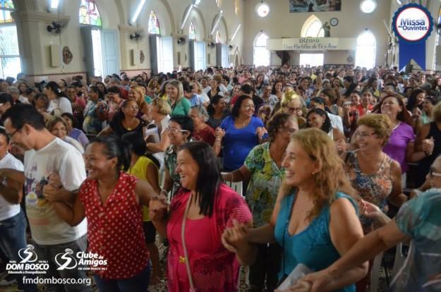 Fieis participam da missa da Paróquia da Piedade.