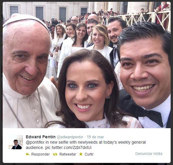 Papa Francisco posa para autoretrato com recém-casados.