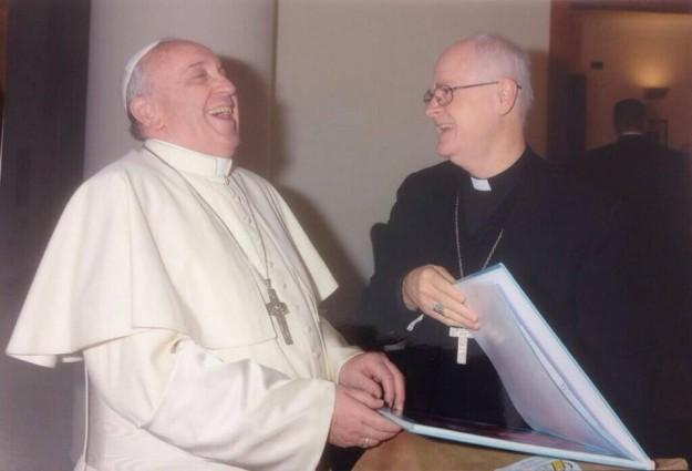 Papa aprovou exposição e sorriu.