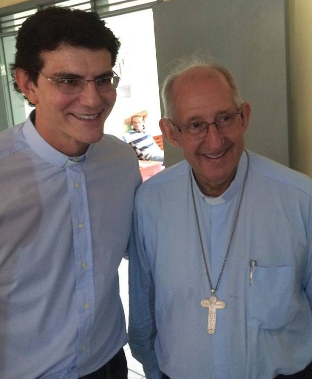 Padre Reginaldo Manzotti com Dom José Antonio. Foto: Reprodução/Facebook.