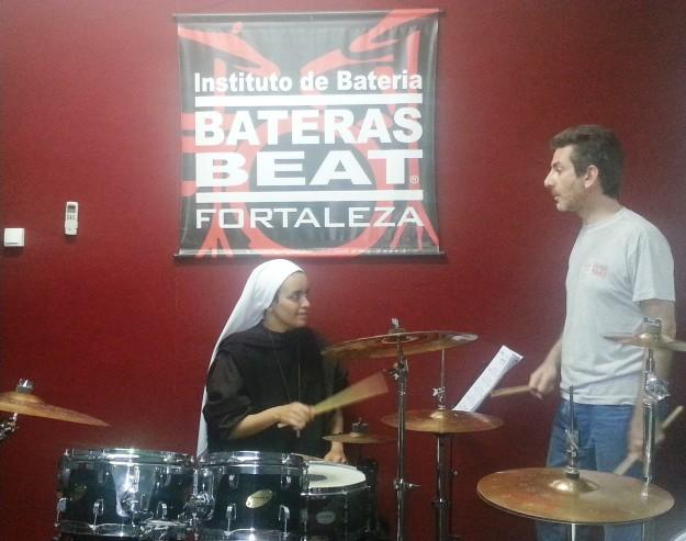 Aulas de bateria atrai freiras que evangelizam pela música.