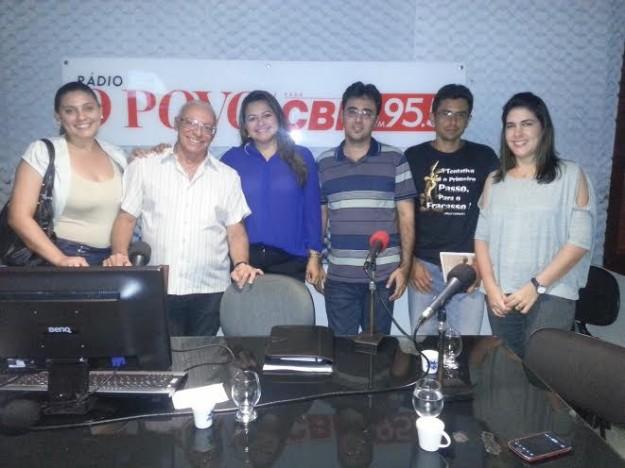 Verônica Melo (azul) acompanha entrevistado em programa de rádio. Foto:arquivo pessoal.