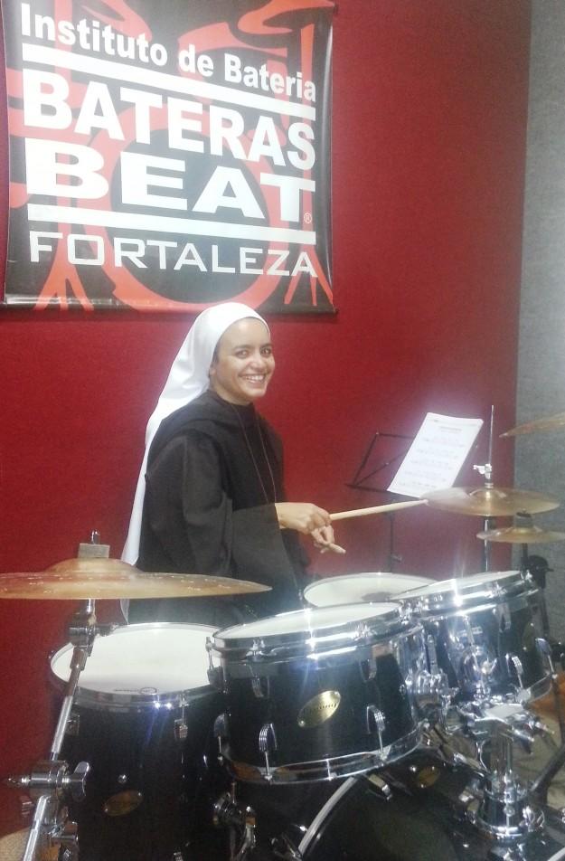 Irmã Maria Teresa na aula de bateria.