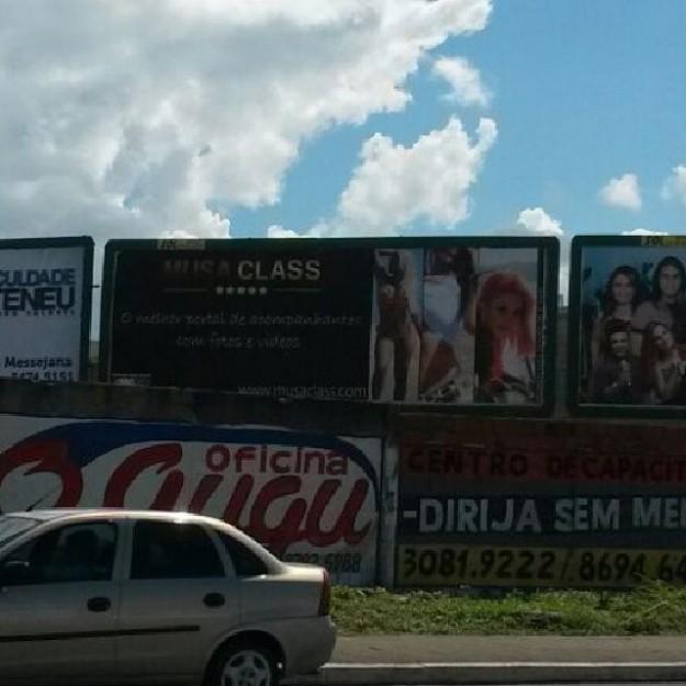 Outdoor faz propaganda de site de prostitutas de luxo.