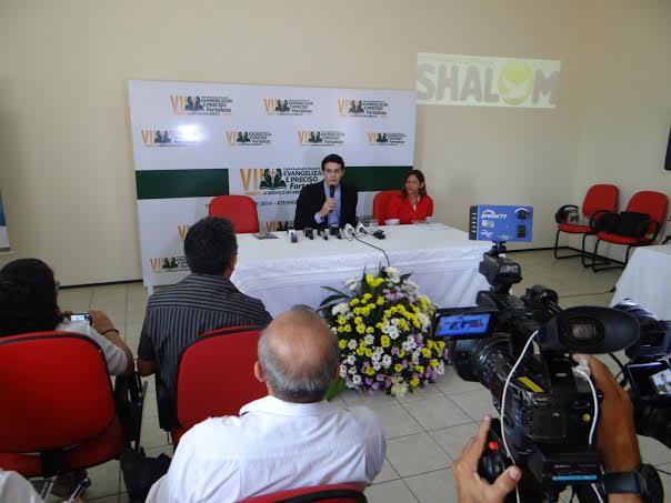Padre Manzotti durante coletiva no Centro de Pastoral Maria Mãe da Igreja. Foto: Arquidiocese de Fortaleza/ Divulgação