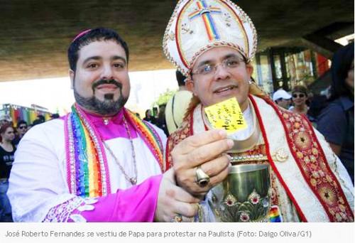 Desrespeito por parte dos participantes da Parada Gay São recorrente. Esta imagem é de 2011. Em 2012 colocaram imagens de santos católicos no percurso da Parada, despidos e em poses eróticas.